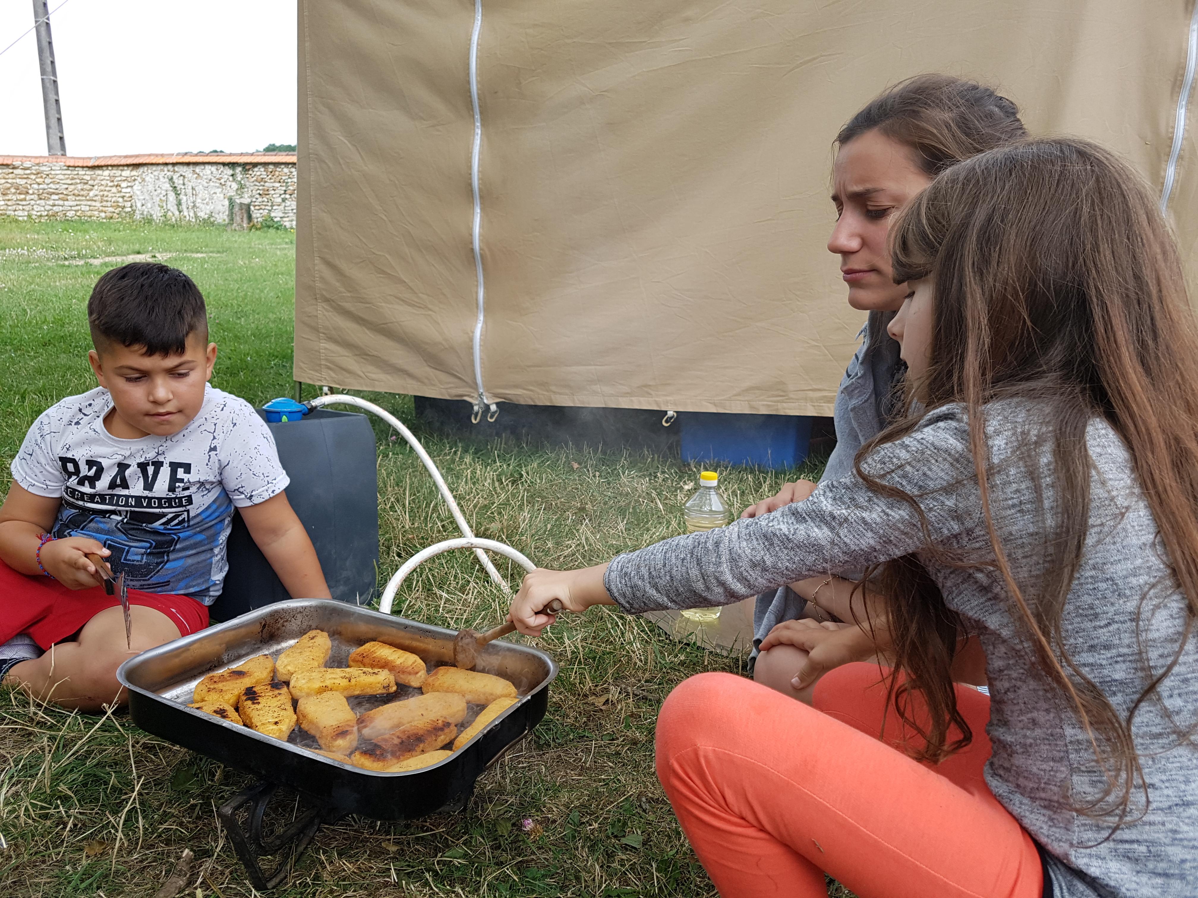 Camp scout avec des enfants des bidonvilles de Paris dans le cadre des projets romcivic et scolarisation par Les Enfants du Canal.